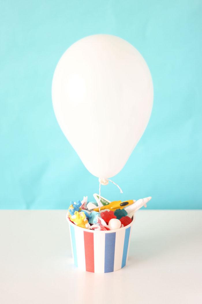 weißer ballon, geschenke zum geburt basteln, papierbehälter mit kleinen spielzeugen