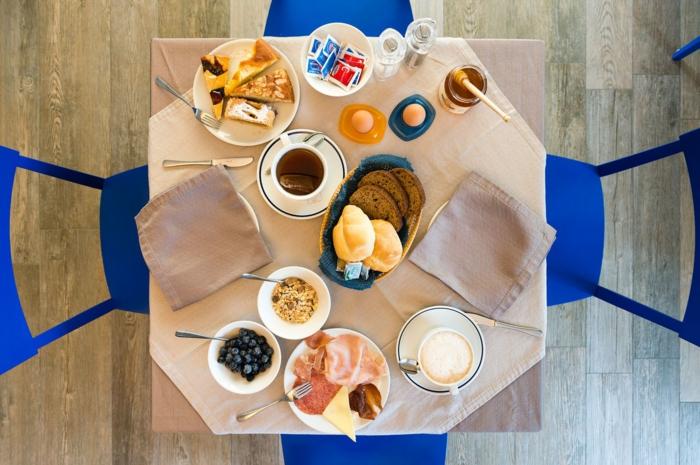 10 regeln der dge, gesundes essen immer in schöner gesellschaft genießen, frühstückstisch
