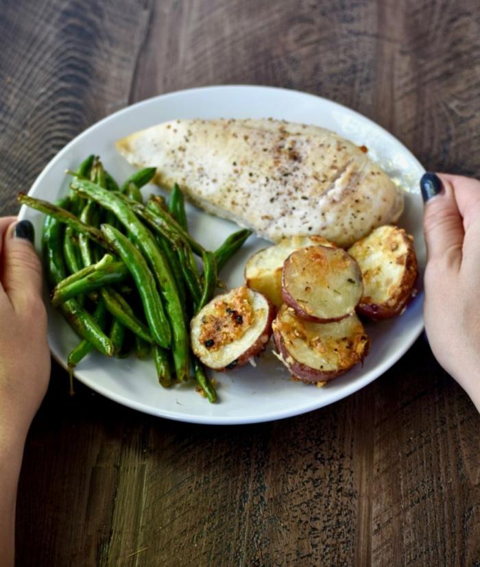 gesundes essen servieren und die gäste erfreuen, fleisch fillet, hähnchenbrustfillet, grünes gemüse, kartoffel für kohlenhydrate
