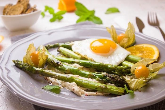 gesundes essen, kochen und genießen gourmet, ei mit gegrillten spargeln und kaki frucht