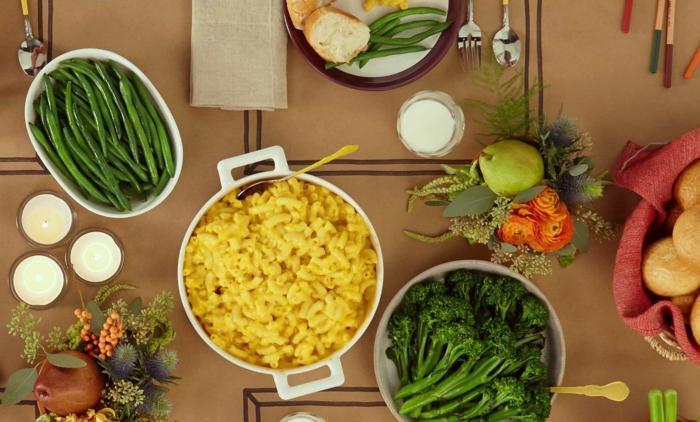 gesundes essen selber kochen in fünf schritten, einfaches rezept zum genießen, nudeln, brokkoli, erbsen, apfel, kerzen für romantik