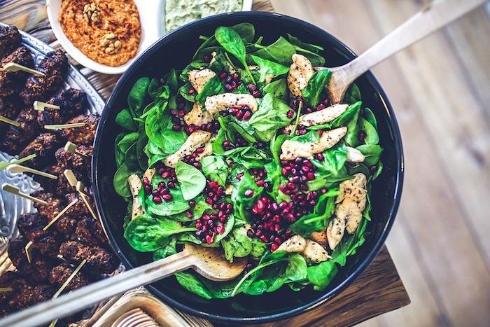 gesundes essen einfach zum zubereiten, ein salat mit spinat, hähnchenfillets und granatapfel