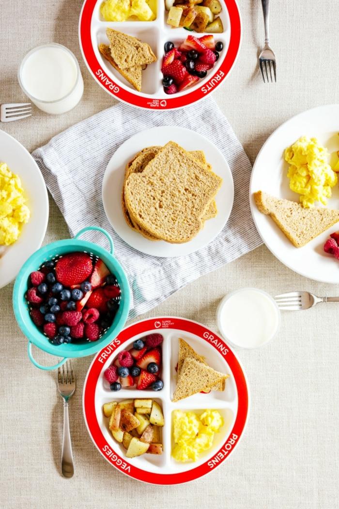 was ist gesunde ernährung, jede speise, die sie in schöne gesellschaft genießen, gesundes frühstück für zwei, eier mit brotscheiben und tomaten und obst zum nachtisch