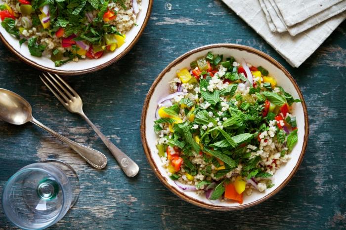 was ist gesunde ernährung, hier ein beispiel, salat mit quinoa und frisches spinat, tomaten und paprika, gesundes essen vegetarisch