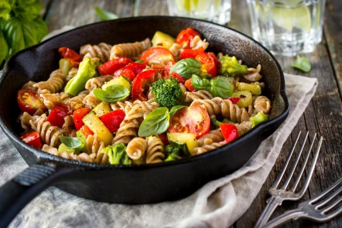 was ist gesunde ernährung, eine idee für vegetarisches rezept, vollkornnudeln mit gemüse und basilikum