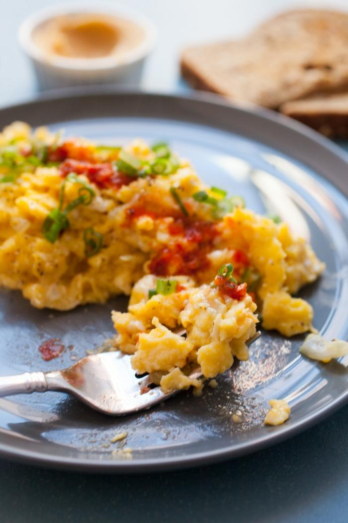 wie ernähre ich mich gesund, eier, rührei selber kochen eine idee, paprika zubereiten
