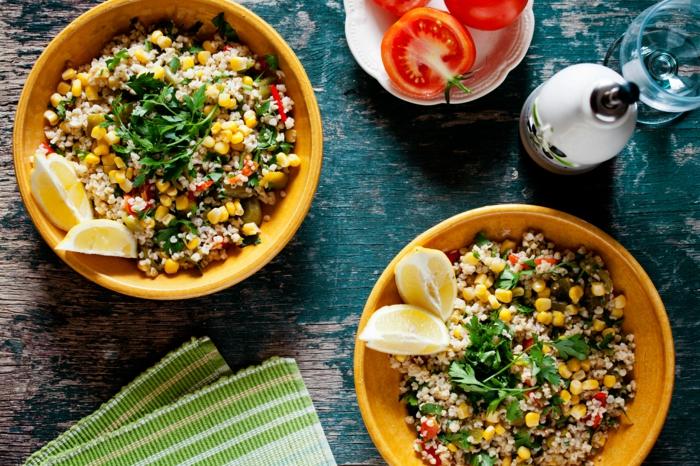 zwei teller mit salat zeigen die antwort der frage wie ernähre ich mich gesund, quinoateller mit frischem gemüse