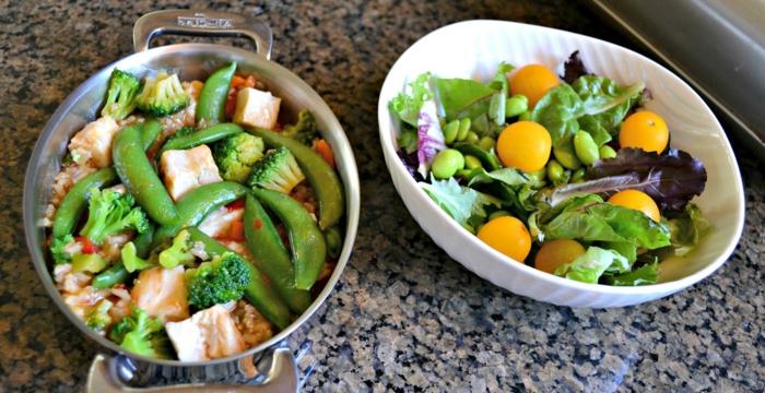 zwei schüsseln mit leckeren salaten, frisches gemüse kochen, cherry tomaten gelb, brokkoli, edamame, tofu, ausgewogene ernährung plan