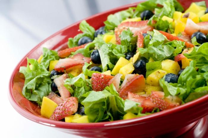 salat idee exotisch, erdbeeren, grünsalat, ananas, mais, oliven, ausgewogene ernährung plan