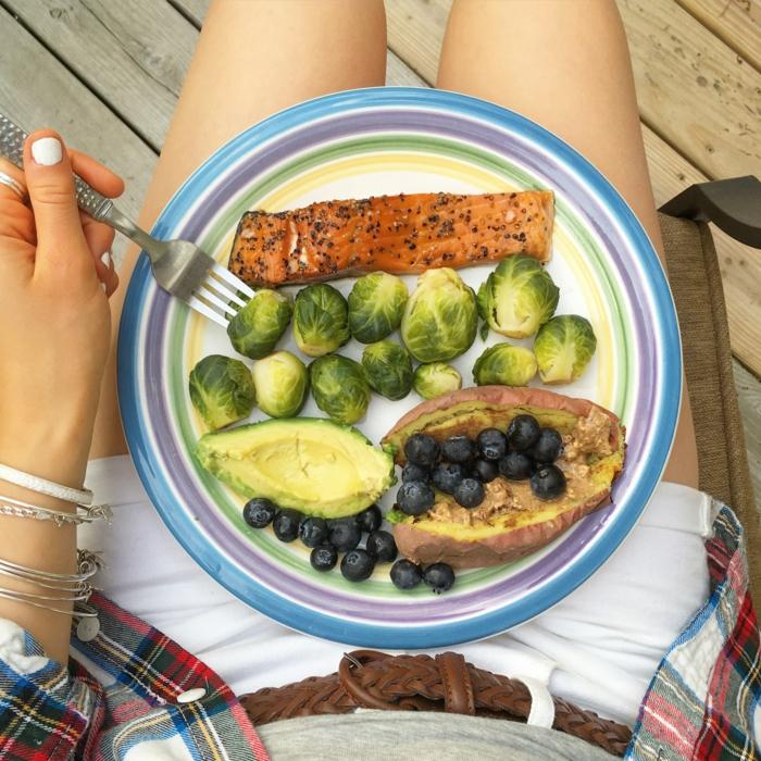 gesunde ernährung tipps in bildern, brüsselskohl mit avocado, lachsfillet und kartoffel