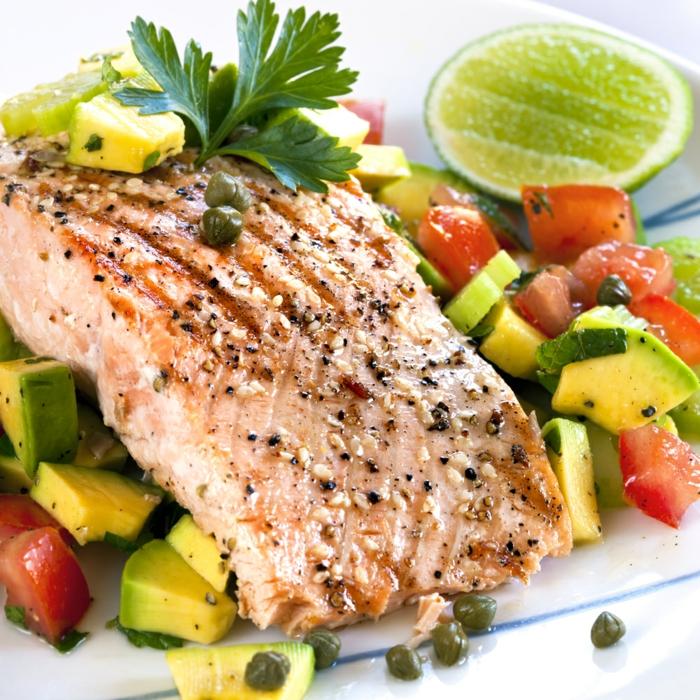 gesunde ernährung tipps, rezepte zum ausprobieren, einfaches rezept, fittnessrezept mit gemüse und lachs