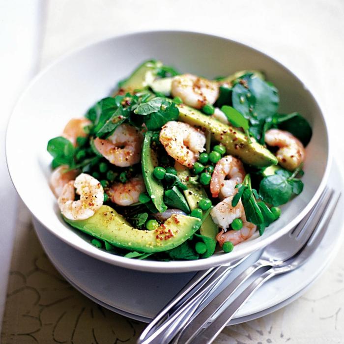Avocado Rezept, Rukola Blätter, kleine grüne Beere, Garnellen in einer weißen Schale