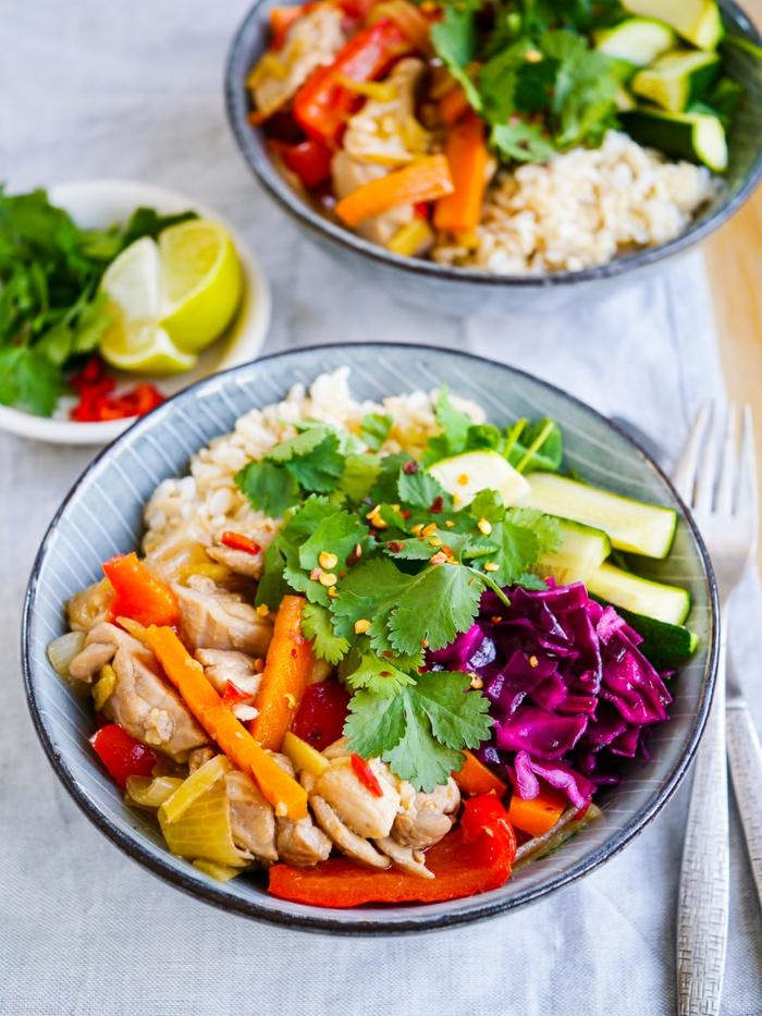 10 regeln der dge, salatschüssel, möhren, kohl, quinoa, gurken, petersilie, paprika, samen