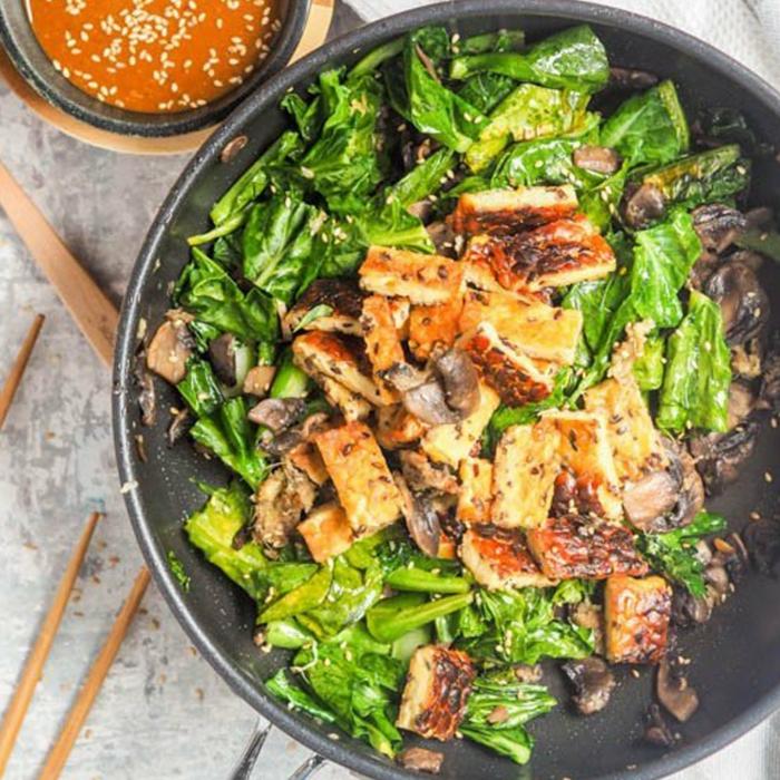 Eintopf aus Spinat, Pilze und Fleisch, eine Soße mit Sesam, Fitness Gerichte