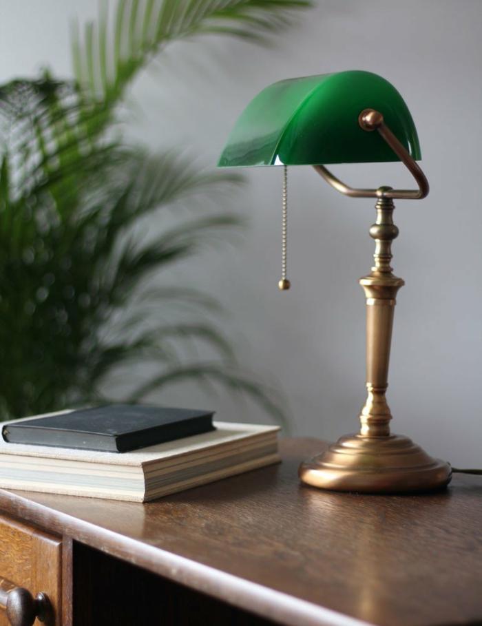 eine grüne gute Schreibtischlampe auf einem braunen Schreibtisch