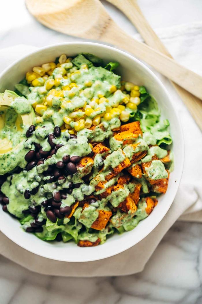 Mais, Oliven, Fleisch, Avocado Stücke und Avocado Dressing, raffinierte Salate