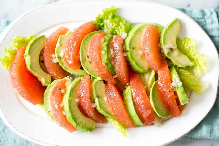 raffinierte Salate, Grapefruit und Avocado Scheiben, aneinander geordnet