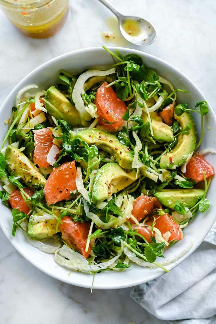 Avocado Rezept, Avocado auf Scheiben, ein Grapefruit, Gartensalat, Zwiebel