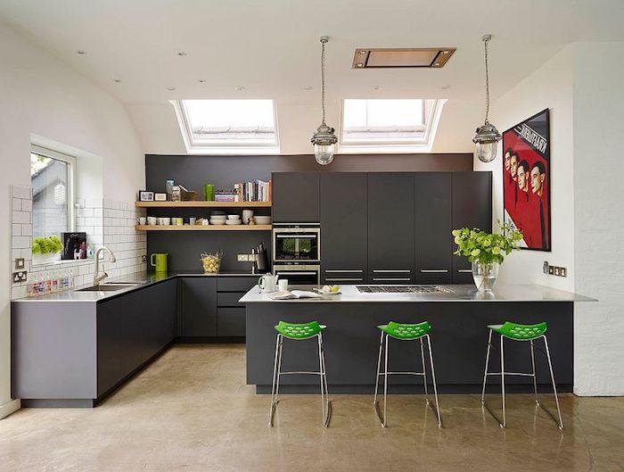 grautöne wandfarbe, grüne stühle, große küchernisel, küche einrichten und dekorieren