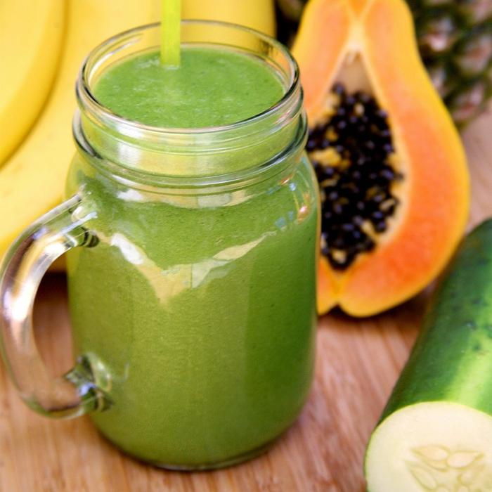 ein grünes Getränk aus Gurke und Avocado, in einem Glas mit gelben Trinkhalm, Fitness Gerichte