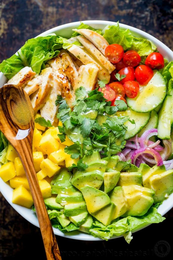 Hähnchenbrust, Avocado Tomaten Salat mit Mango und Petersilien, roter Zwiebel