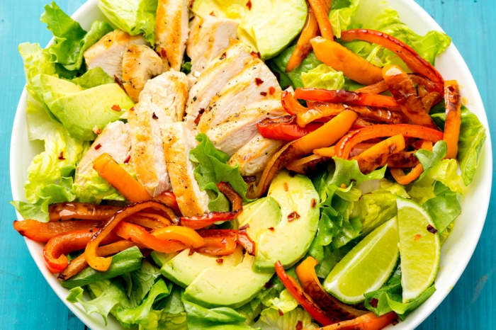 Fillet von Hähnchenbrust, Paprika, Salat mit Avocado, Limettensaft als Dressing