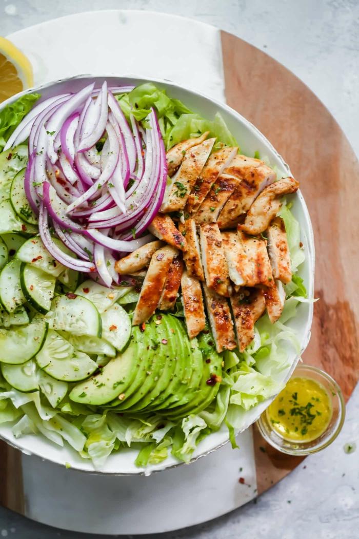 Gurken, roter Zwiebel, Avocado, gebratene Hähnchenbrust, Olivenöl, Salatblätter, raffinierte Salate