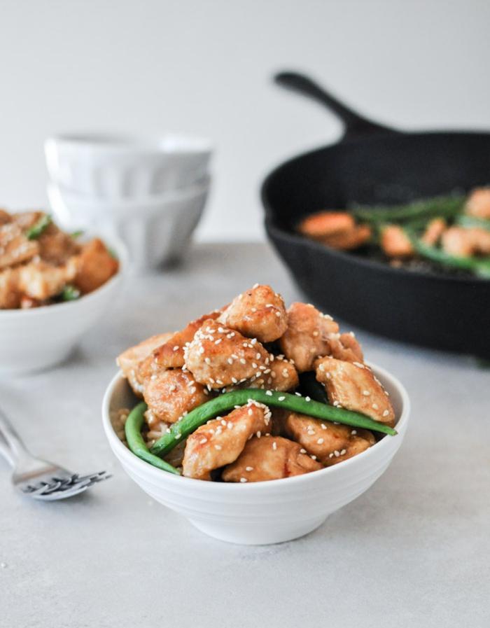 Hühnchenhappen, Bohnen und Sesam, Rezepte zum Abnehmen in einer Schale