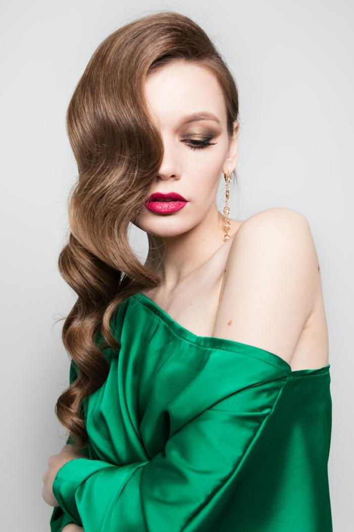 kurzhaarfrisuren für feines haar, grüne bluse, grünes kleid, rote lippen, seitliche frisur, augenschatten