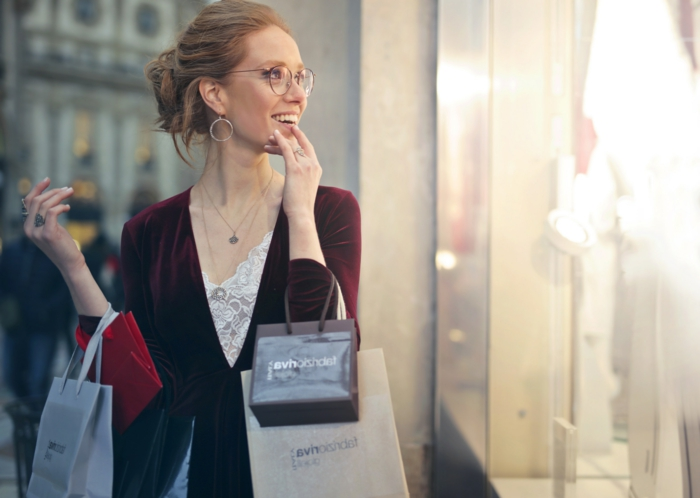 frisuren feines haar idee fpr den alltag, locker gebundene haare, lesebrille, schöne ohrringe, rotes kleid