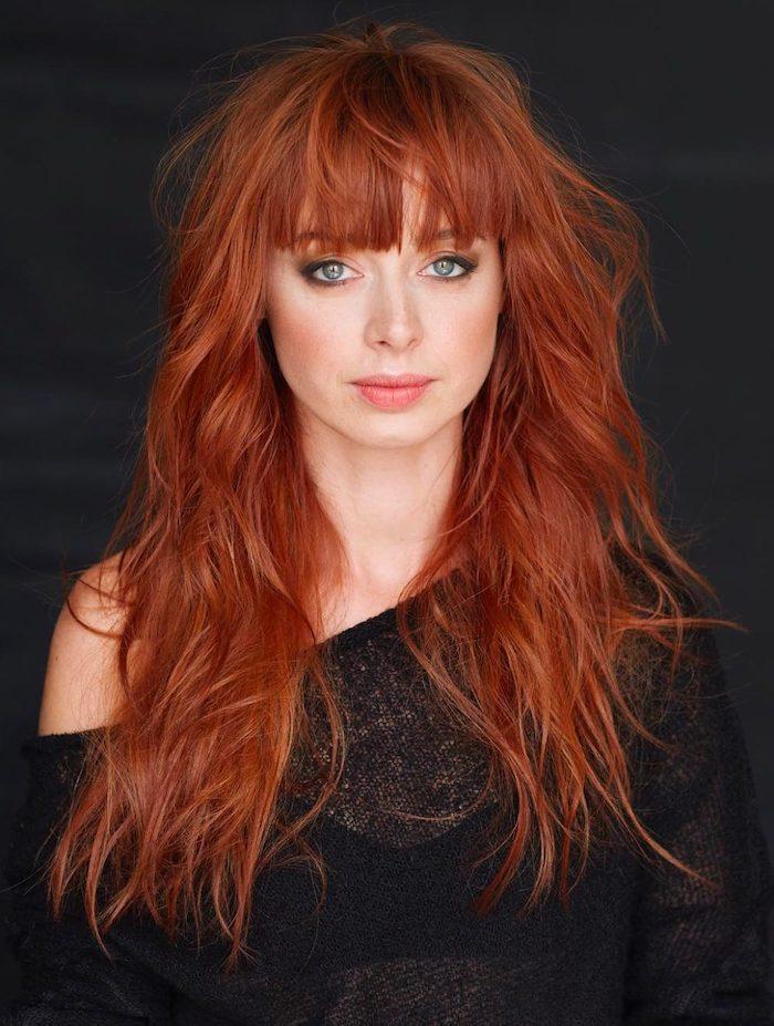 Lange rote Haare mit geradem Pony, Smokey Eyes und matter Lippenstift, heller Hautteint