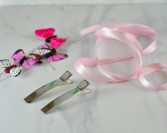 Haarklammer selber dekorieren, mit Band umwickeln, bunte Schmetterlinge kleben