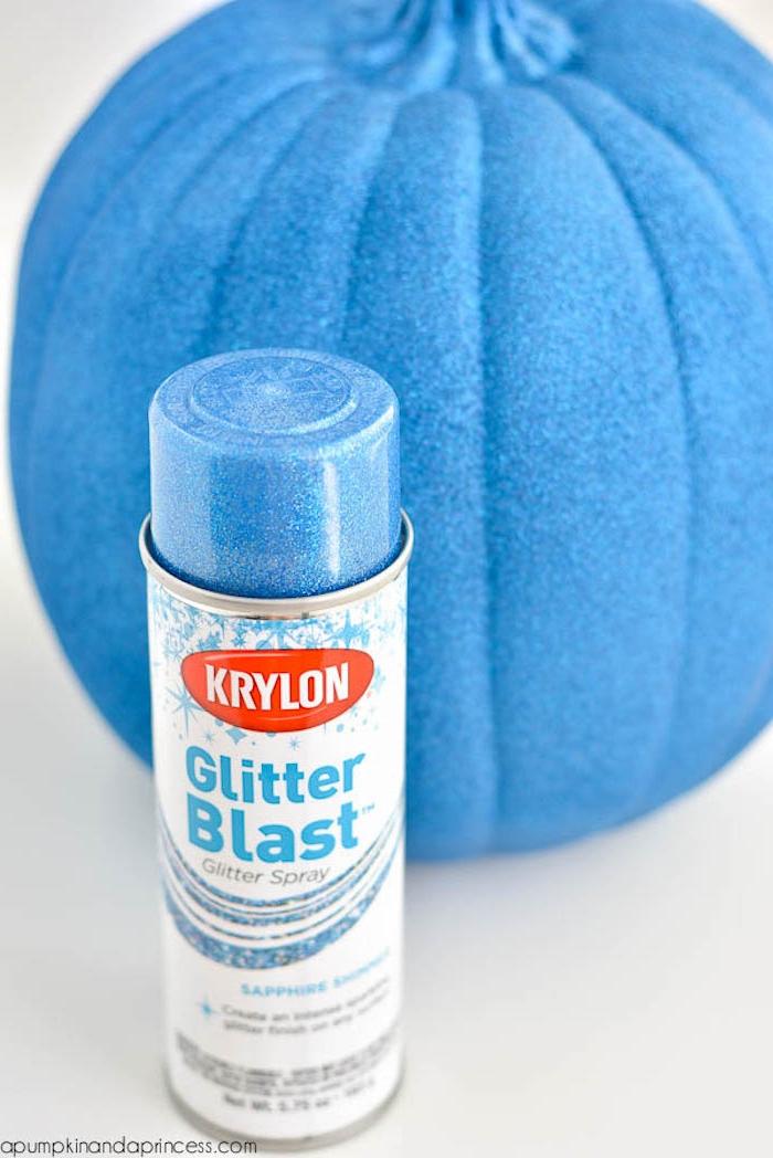Halloween Deko selber machen, Kürbis mit blauem Spray besprühen