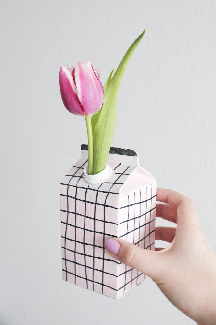 eine violette tulpe mit grünen blättern und eine weiße vase aus einem weißen tetra pack, recycling basteln mit papier