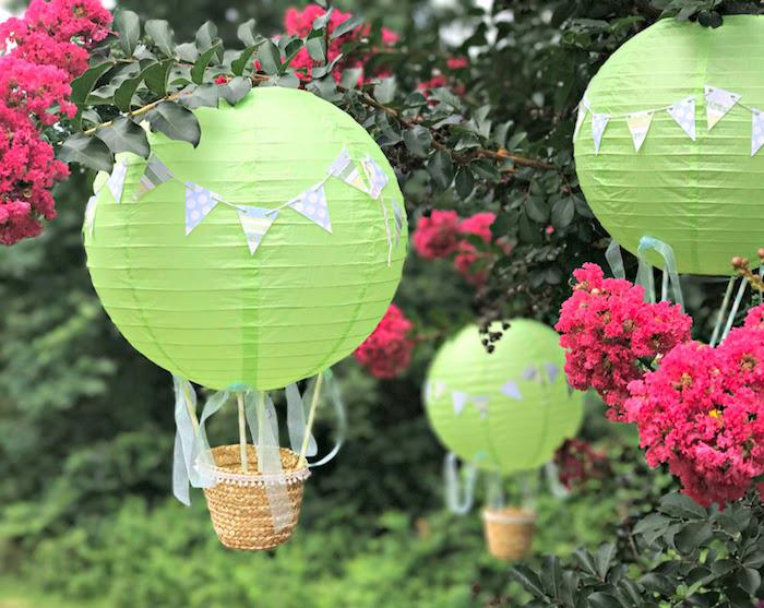 heißluftballon basteln, grüne laternen deoriert mit grilanden, kleine körbe, hängende gartendeko