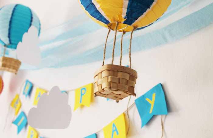 heißluftballon deko, girlande in gelb und blau, partydeko zum geburtstag, diy tutorial