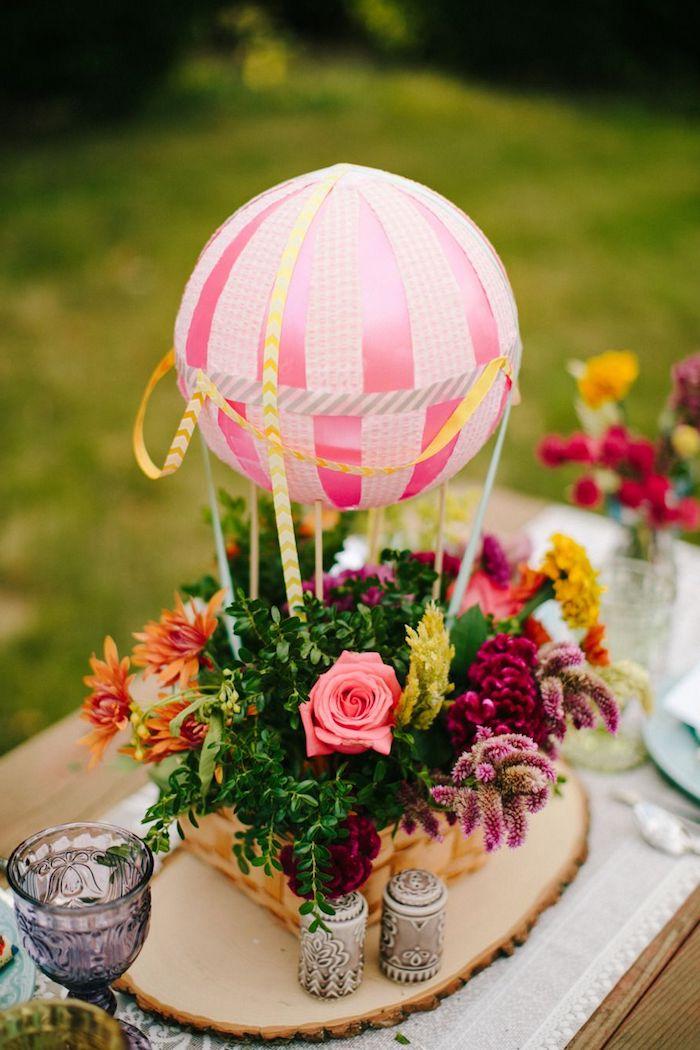 deko heißluftballon, rosa ball, korb mit blumen, frühlingsdeko selber machen, tischdekoration