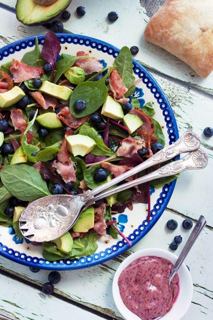 Heidelbeeren, Avocado, Becon, Rucola, Avocado Rezepte Salat, ein Stück Brot