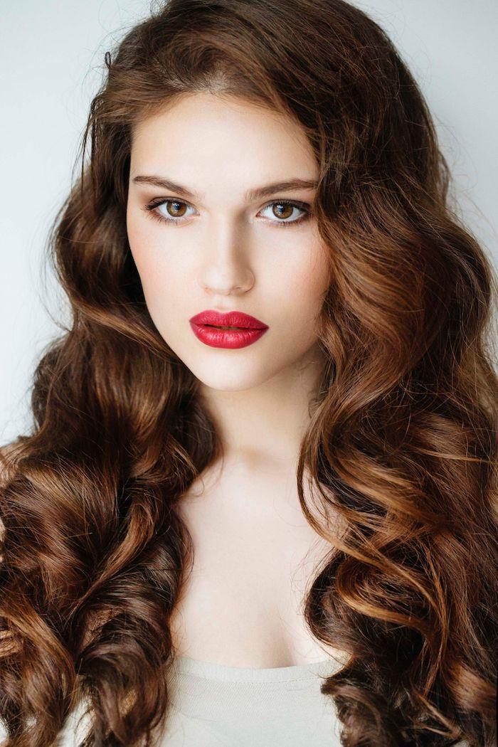 Braune wellige Haare, kühler Hautteint, Smokey Eyes und roter Lippenstift