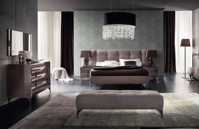 hellgrau wandfarbe, schwarze hängelampe mit kristallen, schlafzimmer in modern vinrage stil
