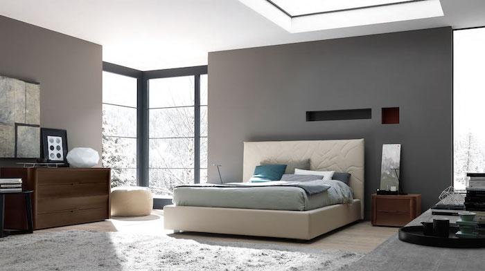 hellgrau wandfarbe, großes weißes bett, nachttisch aus holz, flauschiger teppich