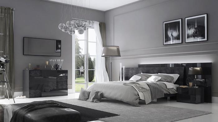 hellgrau wandfarbe im schlafzimmer, silberne pendelleuchte, schwarzes bett, zwei bilder
