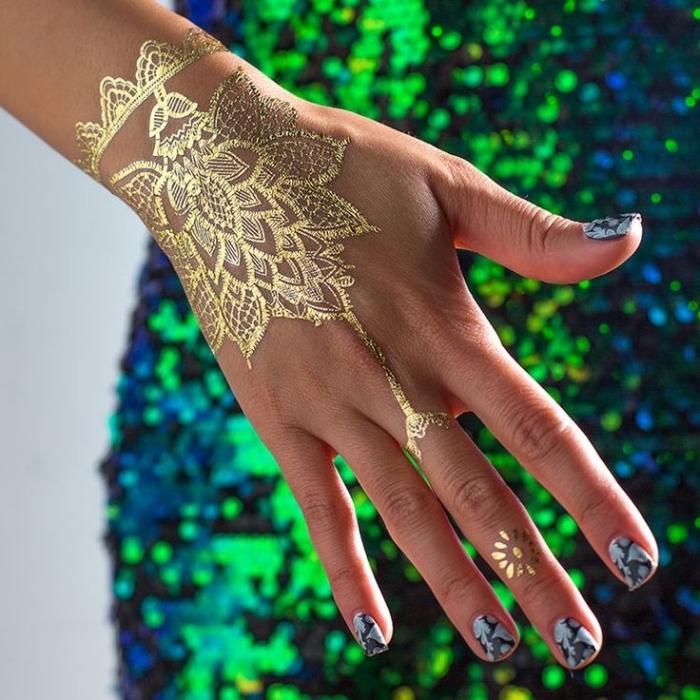 Goldenes Henna Tattoo an der Hand, Mandala Blume, grünes Glitzer Kleid