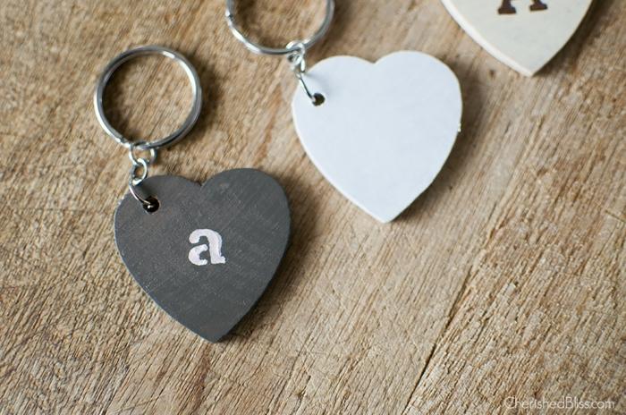 ein Herzchen in schwarzer Farbe mit Buchstabe, Schlüsselanhänger mit Namen
