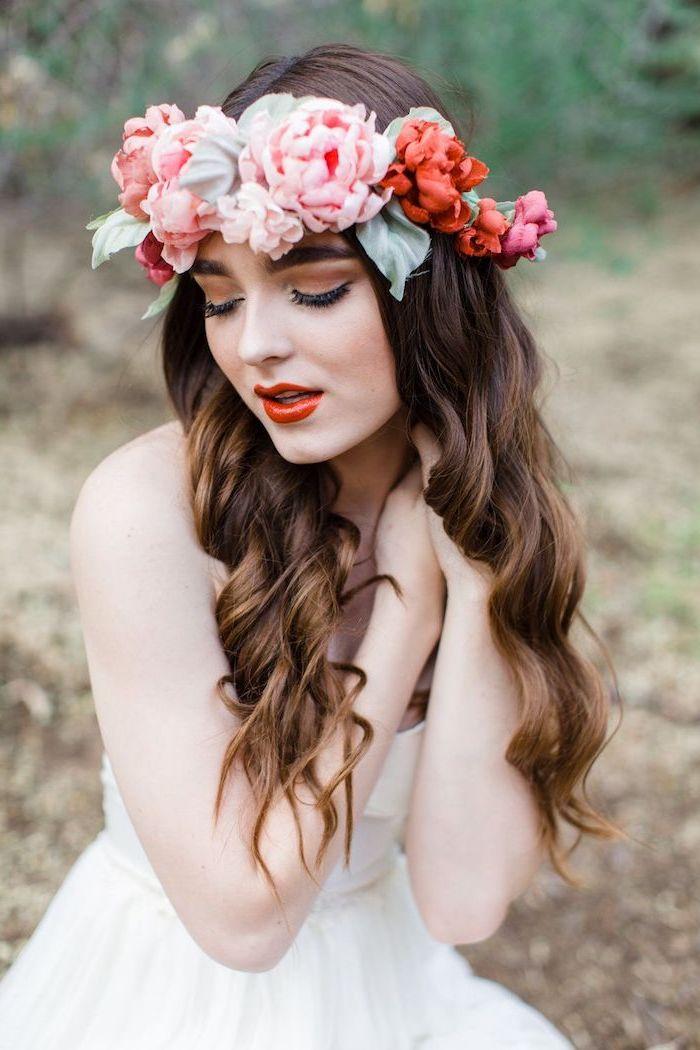hochzeit schminke im boho stil, lange lockige haare, kopfschmuck mit blumen