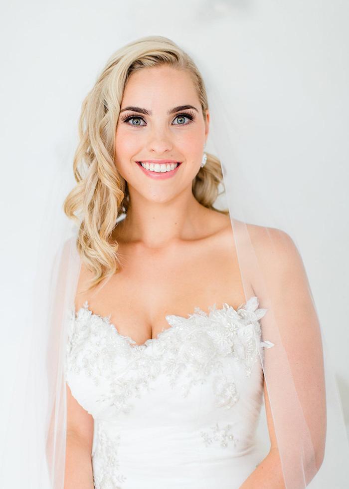 hochzeit schminke für blaue augen, schulterllange blonde haare, kleid mit 3d dekorationen