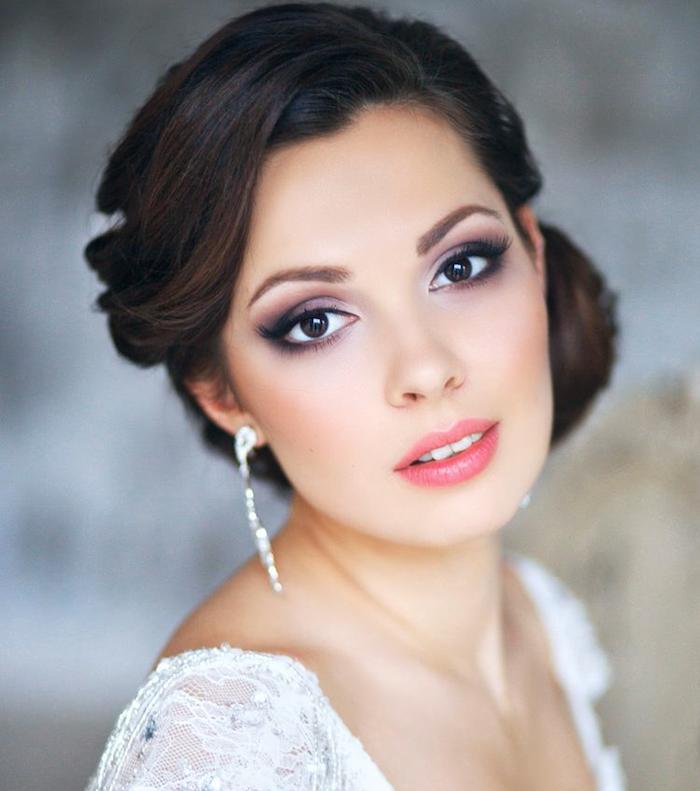 hochzeit schminke, seitliche dutt frisur, smokey eyes, rosa lippenstift, lange ohrringe