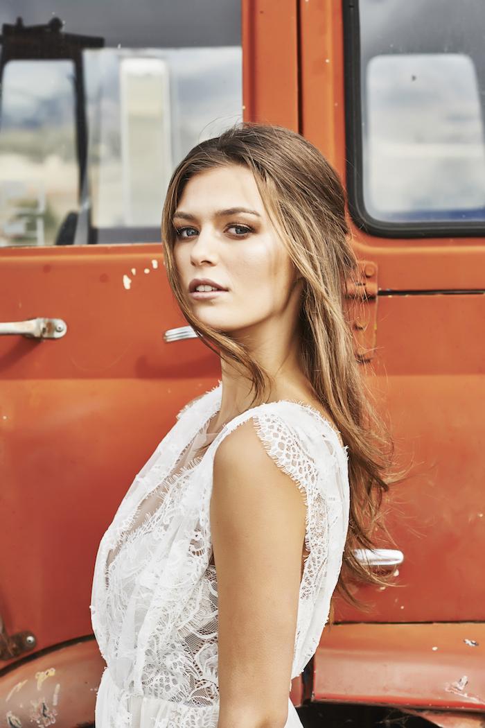 hochzeit schminke, brautkleid mit spitze im hippie stil, blaue augen schminken, goldene lidschatten