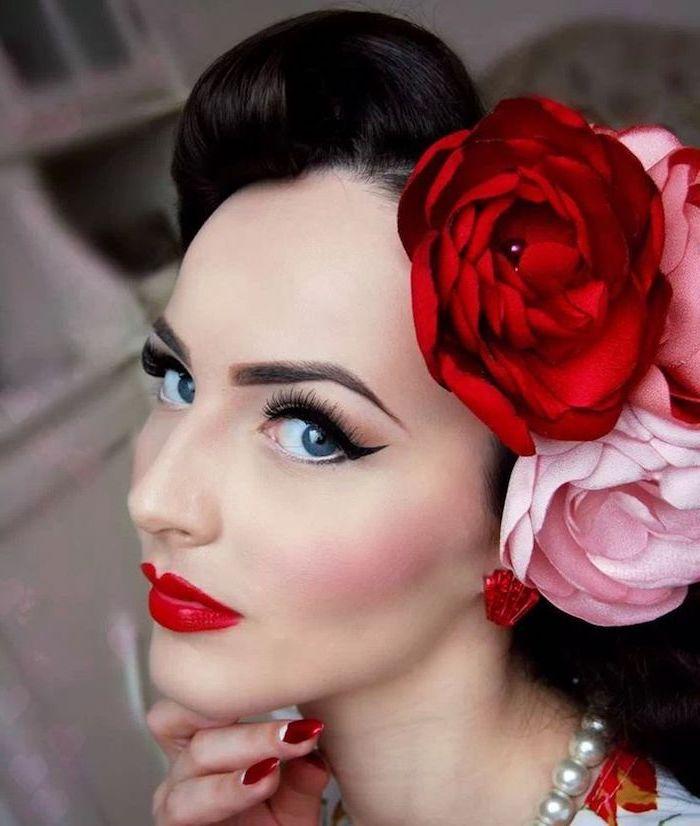 hochzeit schminke im rockabilly stil, dicker lidstick, große blumen im haar, retro look