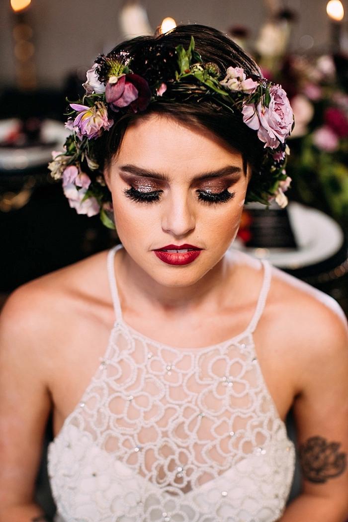 hochzeit schminke mit glitzer, kleiner tattoo am oberarm, lila blumen